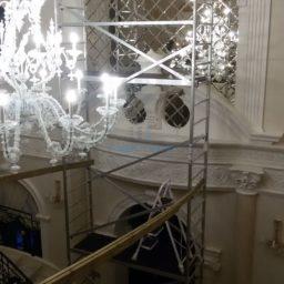 Панно из зеркал в интерьере частного дома 11