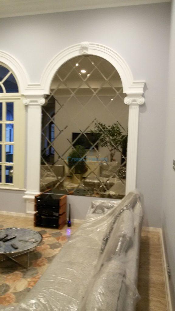 Зеркальное панно в интерьере частного дома 3