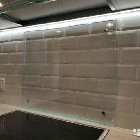 Стеклянный экран на кухню